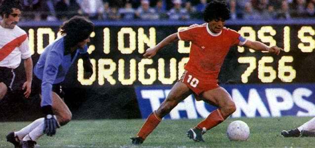 Maradona-amaga-a-Fillol-en-duelo-Argentinos-Juniors-ante-River-Plate.-Credito-Foto-Bichoscolorados.com_