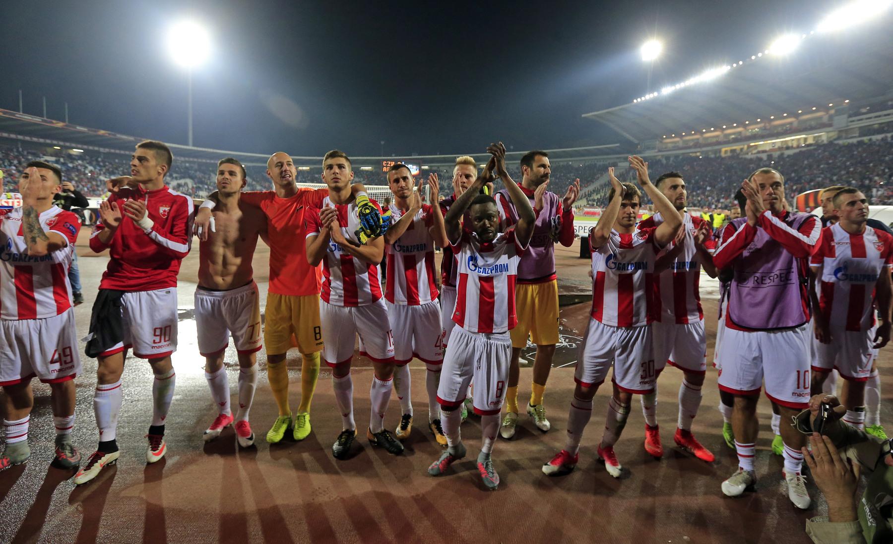 Vesti - FOTO-UBOD: Slika koja će obići svet, navijač Zvezde posle Arsenala utrčao na teren i plakao pred Borjanom (FOTO)