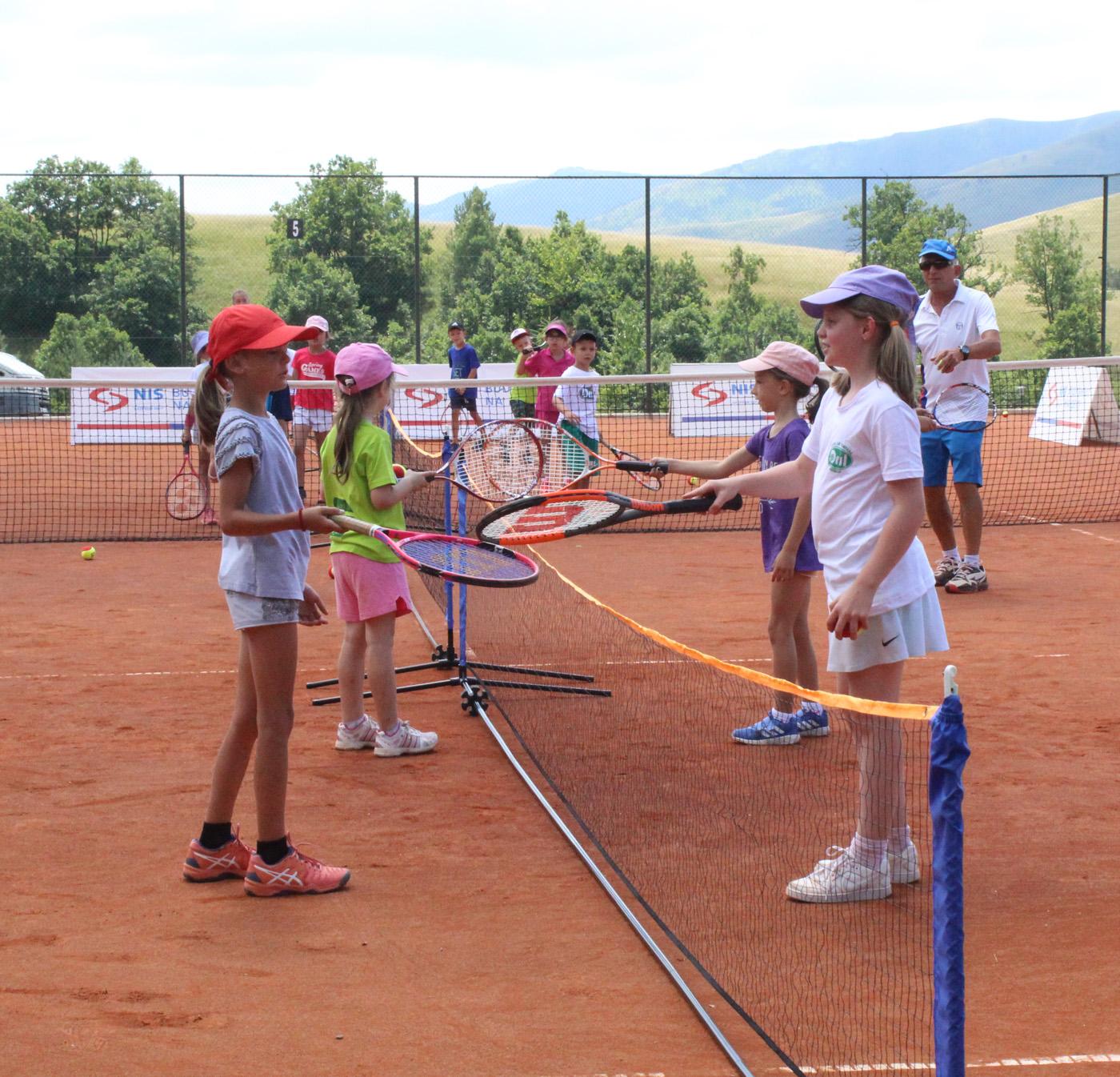 ŠKOLA TENISA: Deca uživala na Zlatiboru (FOTO)